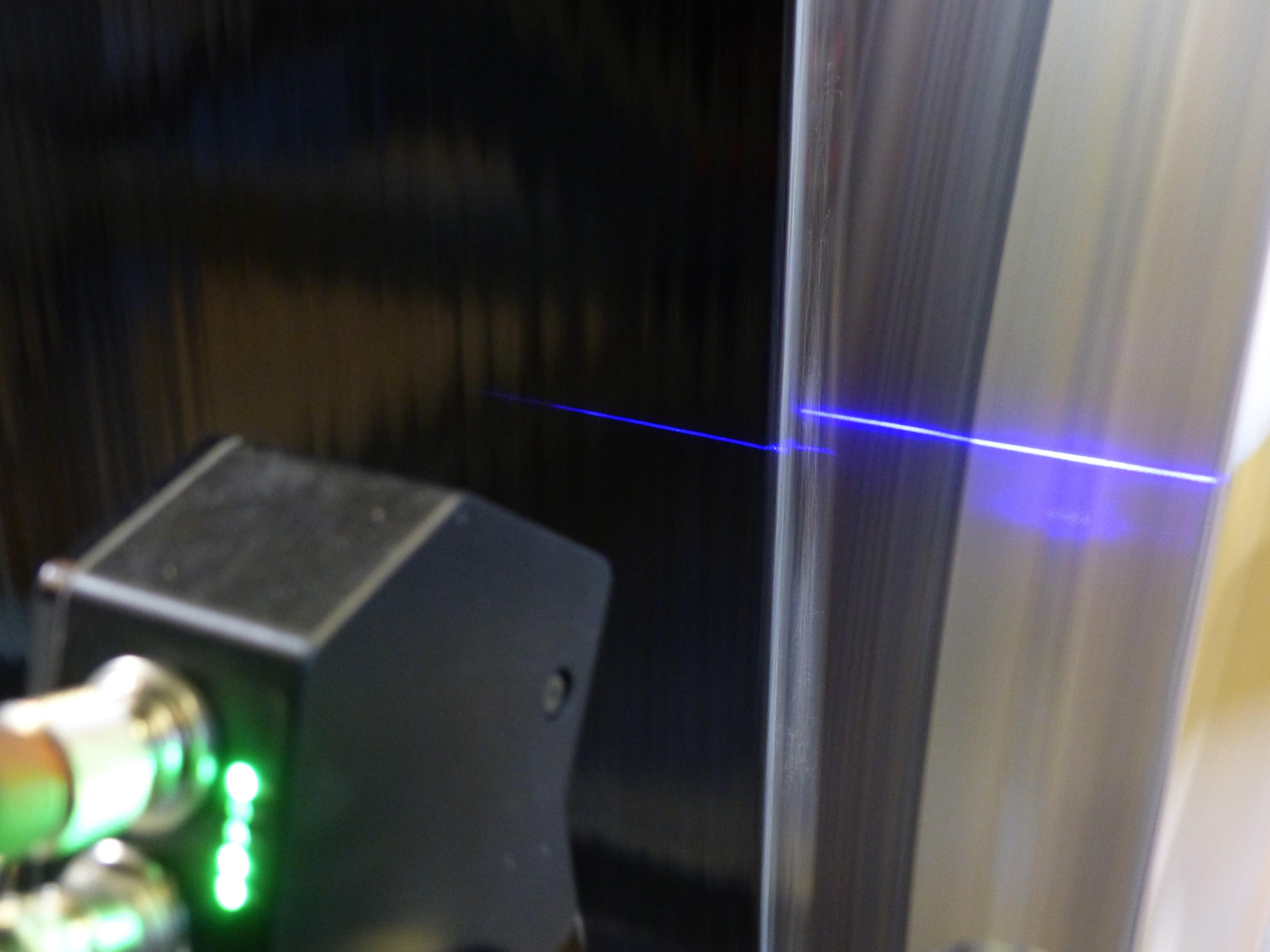 Berührungsslose Breitenmessung an Bahnen und Bändern im Durchlauf   Optische Messung von Plattenbreiten